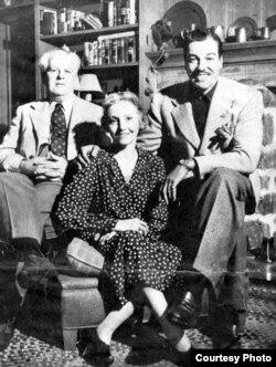María Mantilla junto a su esposo y su hijo César en 1930.