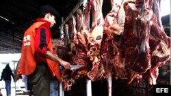 Un hombre trabaja en un mercado de carne en Asunción (Paraguay).