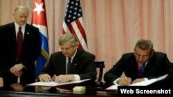 Gustavo Rodríguez Rollero (D), Ministro de Agricultura de Cuba y Thomas Vilsack (I), secretario del Departamento de Agricultura de EEUU, suscriben memorando de entendimiento.