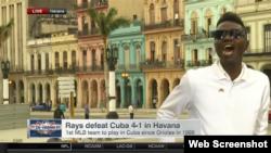 El activista Yasser Rivero lanza octavillas frente a las cámaras de ESPN.