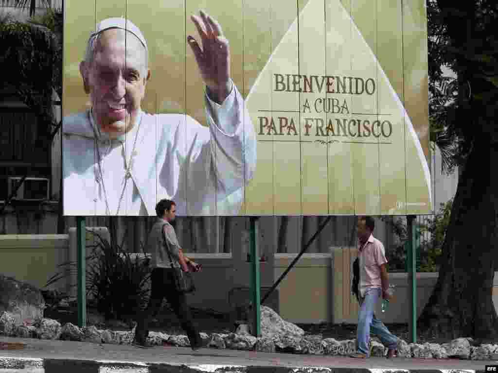 Vista de un cartel de bienvenida con la imagen del papa Francisco en La Habana. EFE
