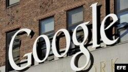 Vista del logotipo de Google, en la sede de su empresa en Nueva York, Estados Unidos