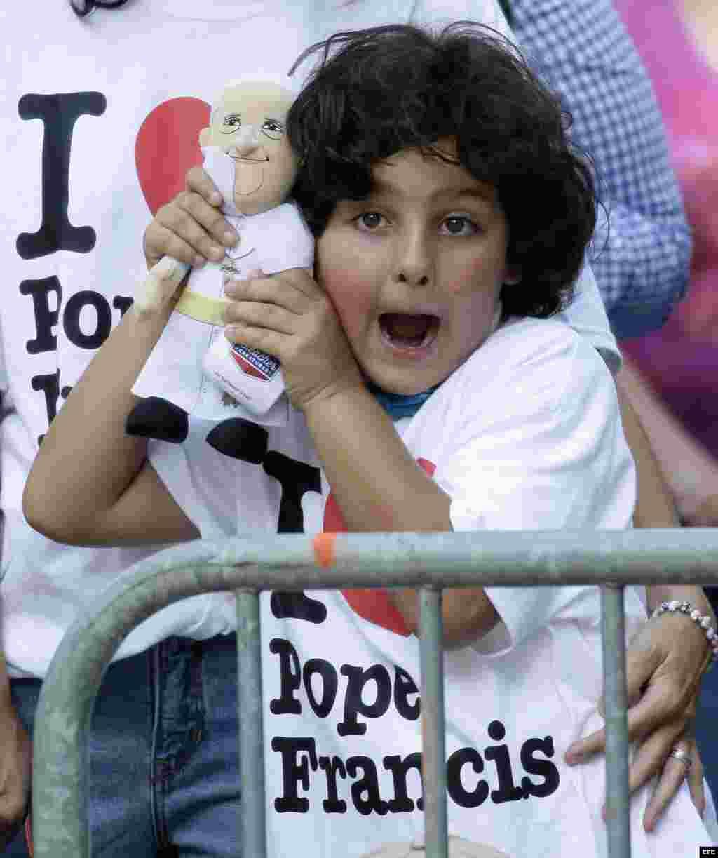 Una niña sostiene un muñeco con la imagen del papa Francisco, en el Parque Central de Nueva York. EFE