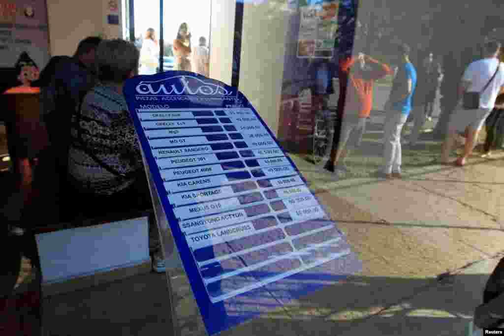 Lista de precios de autos de uso en un concesionario de La Habana, el 25 de febrero del 2020.