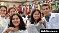 Cuba procura acelerar la graduación de médicos. Sus servicios representan la primera entrada de divisas del país.