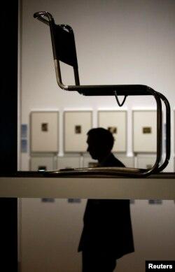 La silla Stuhl B 33 de Marcel Breuer, en una exhibición de Bauhaus.