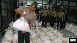 La Policía Antidrogas de Perú presentó en el puerto del Callao (Perú), un cargamento de aproximadamente dos toneladas de cocaína camuflada en 64 toneladas del mineral bentonita.