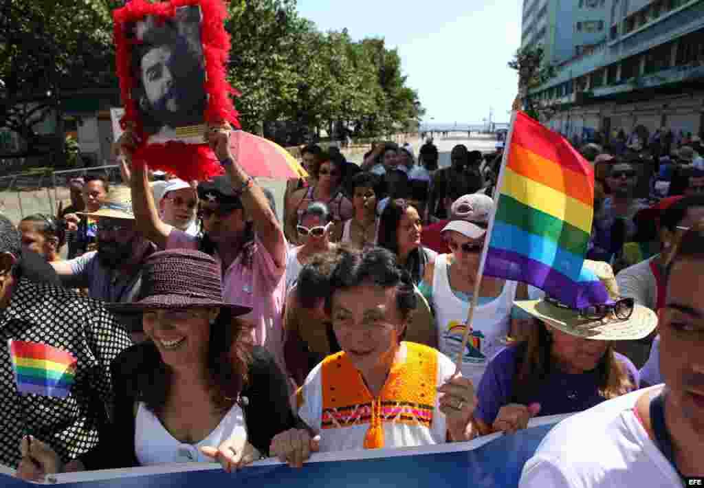 Mariela Castro (i), directora del Centro Nacional de Educación Sexual (CENESEX), e hija de Raúl Castro, y la mexicana Gloria Careaga (c).