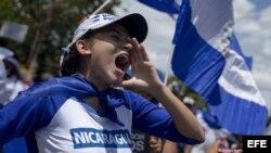 Manifestantes enfrentan represión de paramilitares sandinistas en Nicaragua.