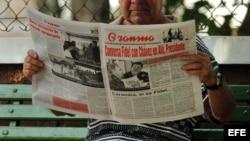 Un hombre lee el diario oficial Granma.