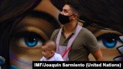 Un padre con su hijo durante la pandemia COVID en la comuna 13 de Medellin, en Colombia. IMF/Joaquín Sarmiento.