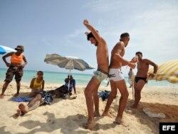 Un grupo de personas gays en la playa Mi Cayito, en La Habana (Cuba).