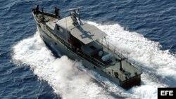 Una embarcación de las Tropas Guardafronteras cubanas patrulla las costas de Baracoa como parte de una operación antidrogas. EFE