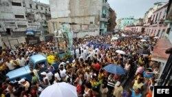 Foto de archivo. Decenas de personas participan en la procesión de la virgen de la Caridad del Cobre, patrona de Cuba, en La Habana