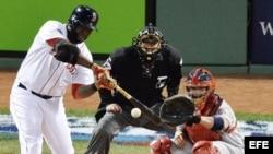 El bateador de los Medias Rojas de Boston David Ortiz batea un jonrón ante los Cardenales de San Luis el miércoles 23 de octubre de 2013, durante el primer juego de la Serie Mundial.