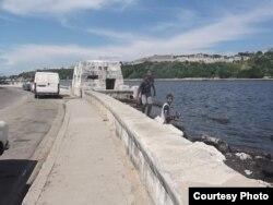 El Malecón de La Habana es visitado por niños que pescan.