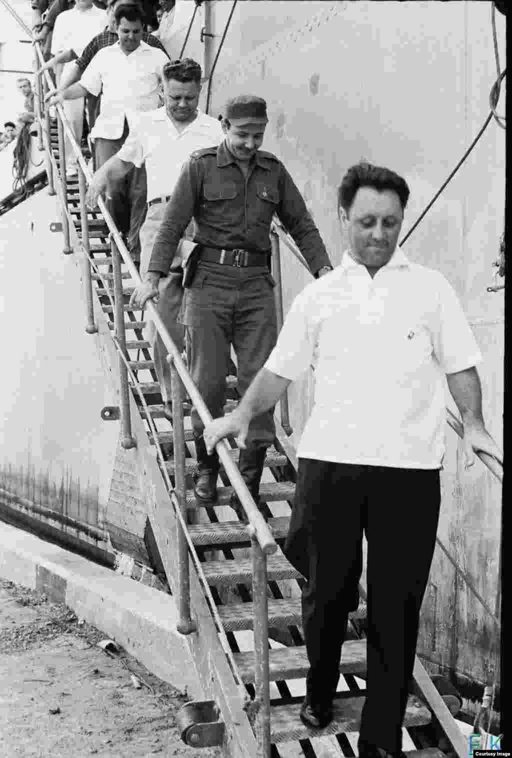 Descendiendo Raúl Castro del buque soviético Lgove.