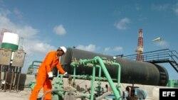 Archivo: Un trabajador repara tuberías en la capital