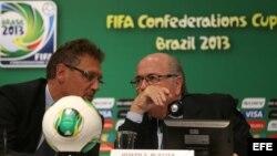 El presidente de la FIFA, Joseph Blatter (d), habla con el secretario general del organismo deportivo, Jerome Valcke (i), durante una rueda de prensa en el estadio Maracaná de Río de Janeiro.