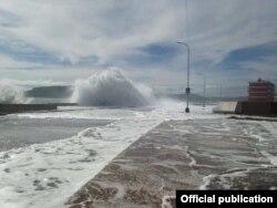 El área del Malecón de Baracoa en plena inundación, en una foto tomada por Claudia Rafaela Ortiz Alba y publicada por Radio Baracoa.