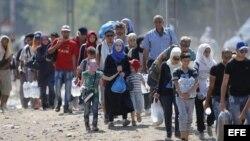 Refugiados cruzan la frontera entre Macedonia y Grecia, cerca de la ciudad de Gevgelija, Macedonia, hoy, 4 de septiembre de 2015.