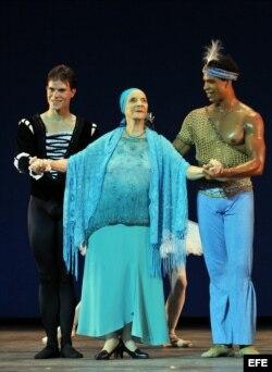 La directora del Ballet Nacional de Cuba, Alicia Alonso (c), saluda al público junto a los bailarines Yoel Carreño (i) y Carlos Acosta (d) hoy, 15 de julio de 2009, durante una gala ofrecida en su honor por el Royal Ballet de Londres en La Habana (Cuba).