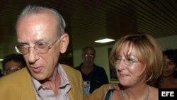 """Archivo - Eloy Gutiérrez Menoyo y su hija Patricia durante la """"III Conferencia la nación y la emigración"""" que se celebró en Cuba en el 2004."""