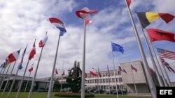 Las banderas de los países miembros de la Organización del Tratado del Atlántico Norte (OTAN) ondean en la sede de la OTAN en Bruselas (Bélgica).