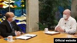 El ministro de Comercio Exterior e Inversión Extranjera de Cuba, Rodrigo Malmierca (derecha) y el presentador de la Mesa Redonda, Randy Alonso (Foto: Cubadebate).