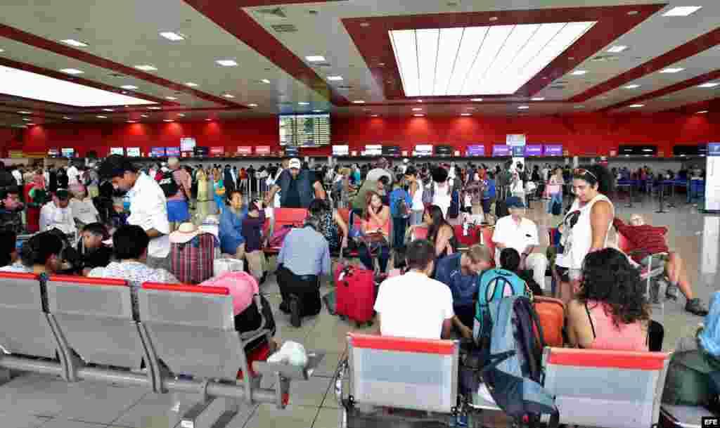 En el aeropuerto José Martí de La Habana se vieron el martes grandes colas.
