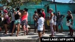 Una cola para comprar alimentos en Cuba.
