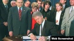 El presidente Bill Clinton promulga la Ley Helms-Burton. A su izquierda el congresista Bob Menendez y el senador Jesse Helms.