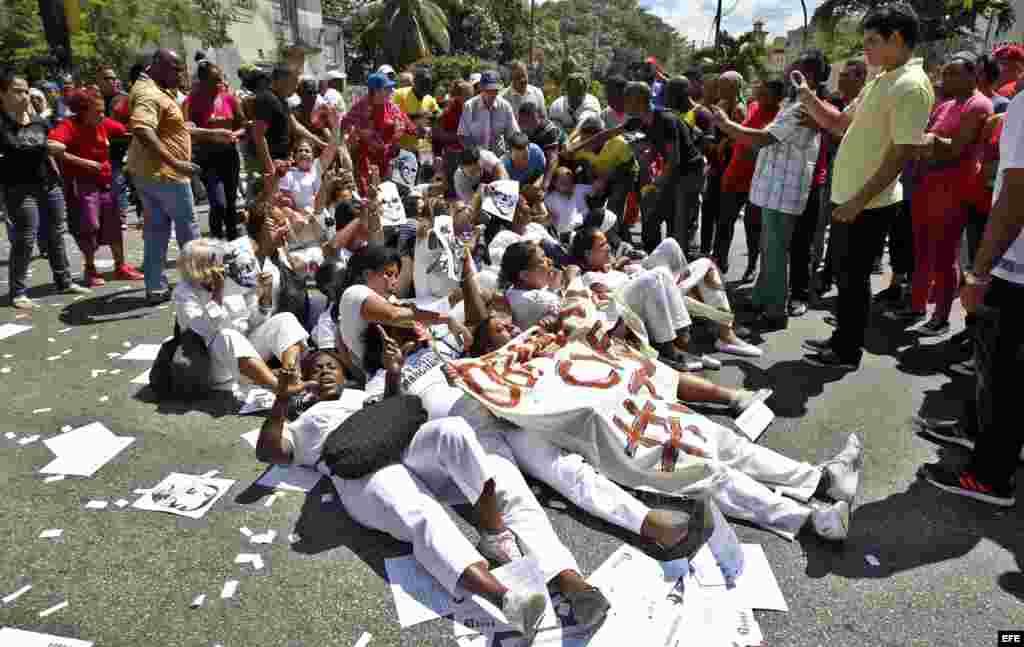 """Integrantes del grupo opositor al gobierno cubano conocido como """"Damas de Blanco"""" marchan hoy, domingo 13 de marzo del 2016, a pocos días de la visita del presidente Barack Obama a La Habana"""