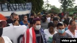 Esta imagen de un video publicado en Facebook muestra, según reporta el periodista de Univisión Mario Vallejo, a algunos de los cubanos reunidos en la frontera de Costa Rica y Nicaragua.