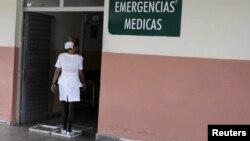 Enfermera cubana se desinfecta los zapatos a la entrada de un hospital en La Habana, Cuba