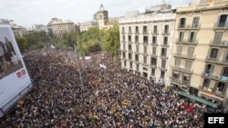 Miles de estudiantes se manifiestan por el centro de Barcelona durante la jornada de paro, avalada por algunos sindicatos, entidades soberanistas y otras formaciones , en protesta por la actuación policial durante el referéndum organizado el domingo por