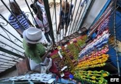 Un hombre vende artículos de santería en La Habana (Cuba).