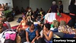 Cubanos migrantes, en la frontera entre Costa Rica y Nicaragua. Foto: CB24.