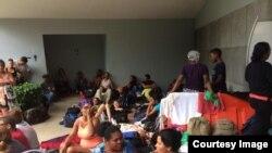 Cubanos migrantes en la frontera entre Costa Rica y Nicaragua. Foto: CB24.