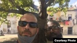 Michel Matos, a la izquierda, fue detenido este miércoles en La Habana.