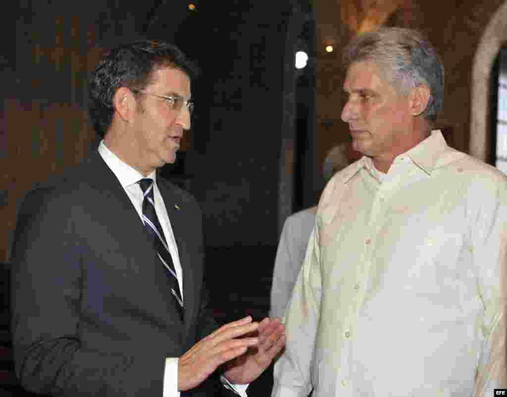 El vicepresidente cubano Miguel Díaz-Canel (d) conversa con el presidente del gobierno regional de Galicia, Alberto Núñez Feijóo (i), durante su visita a La Habana Vieja hoy, 06 de diciembre del 2013. EFE/Ernesto Mastrascusa