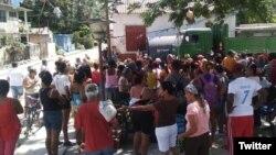 Cola en un mercado de Santiago de Cuba (Foto: @MarioJPenton).