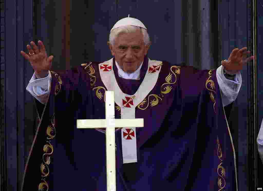 El papa Benedicto XVI oficia una misa multitudinaria, el 28 de marzo de 2012, en la Plaza de la Revolución José Martí.