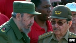 El dictador Fidel Castro junto a su hermano, el entonces Ministro de las Fuerzas Armadas Raúl Castro, en enero de 2004. (Archivo)