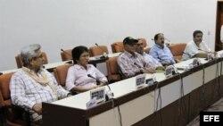 Los miembros de la Fuerzas Armadas Revolucionarias de Colombia (FARC), de izquierda a derecha, Hermes Aguilar, Sandra Ramírez, Ricardo Téllez, Mauricio Jaramillo, Andrés París y Marcos León, participan en el anuncio hoy, martes 4 de septiembre de 2012, de