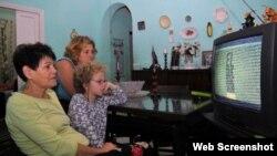 Familia cubana frente a la televisión.
