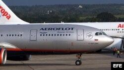 El vuelo de Aeroflot en que debía viajar a Cuba Edward Snowden carretea en el aeropuerto José Martí el lunes, sin el famoso fugitivo a bordo.