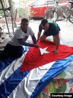 Bandera cubana de tres metros de largo, confeccionada por cubanos y residentes de Reynosa.