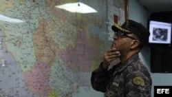Un integrante del Centro de Operaciones de Emergencias (COE), en Santo Domingo, República Dominicana, observa en un mapa la posible trayectoria de Chantal.