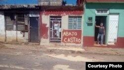 Manuel Santana Díaz escribió consignas antigubernamentales en su fachada (tomado de su perfil de Facebook).